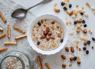 pote con cereales para el desayuno y frutos secos alrededor